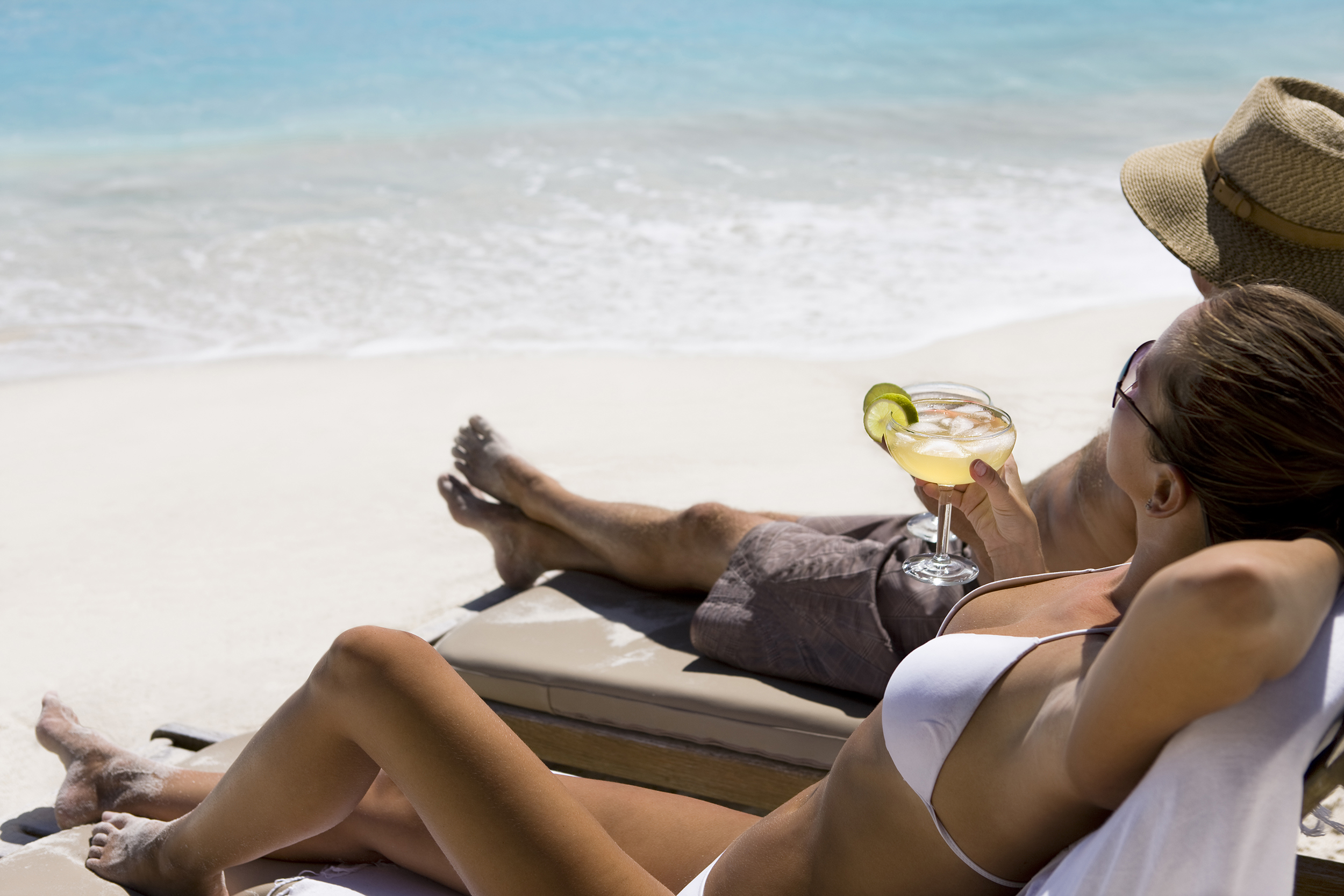 couple with margarita drinks at the beach